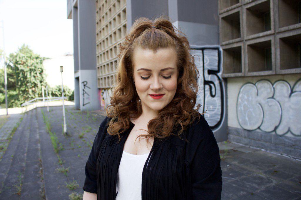 Bloggerstyle und Streetstyle: Outfitidee für einen kühlen Sommertag - Portraitaufnahme