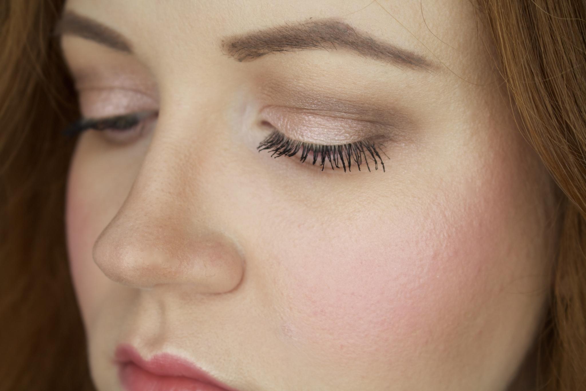 Nahaufnahme Augen Make-up mit verblendeter Lidfalte - Mein Oster Make-up Look: peach & glowy mit Lancome & YSL - Beauty Blog Leipzig