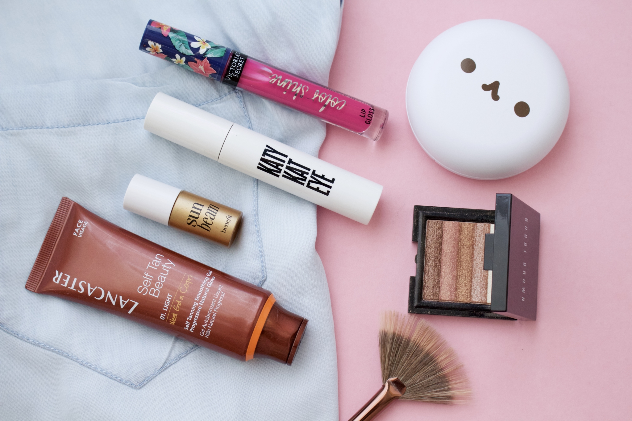 Detailaufnahmen von den verwendeten Schminkprodukten: pink meets blue: Sommer make-up look für Rothaarige | Typgerecht - Beauty Blog Leipzig Deutschland Bild 2