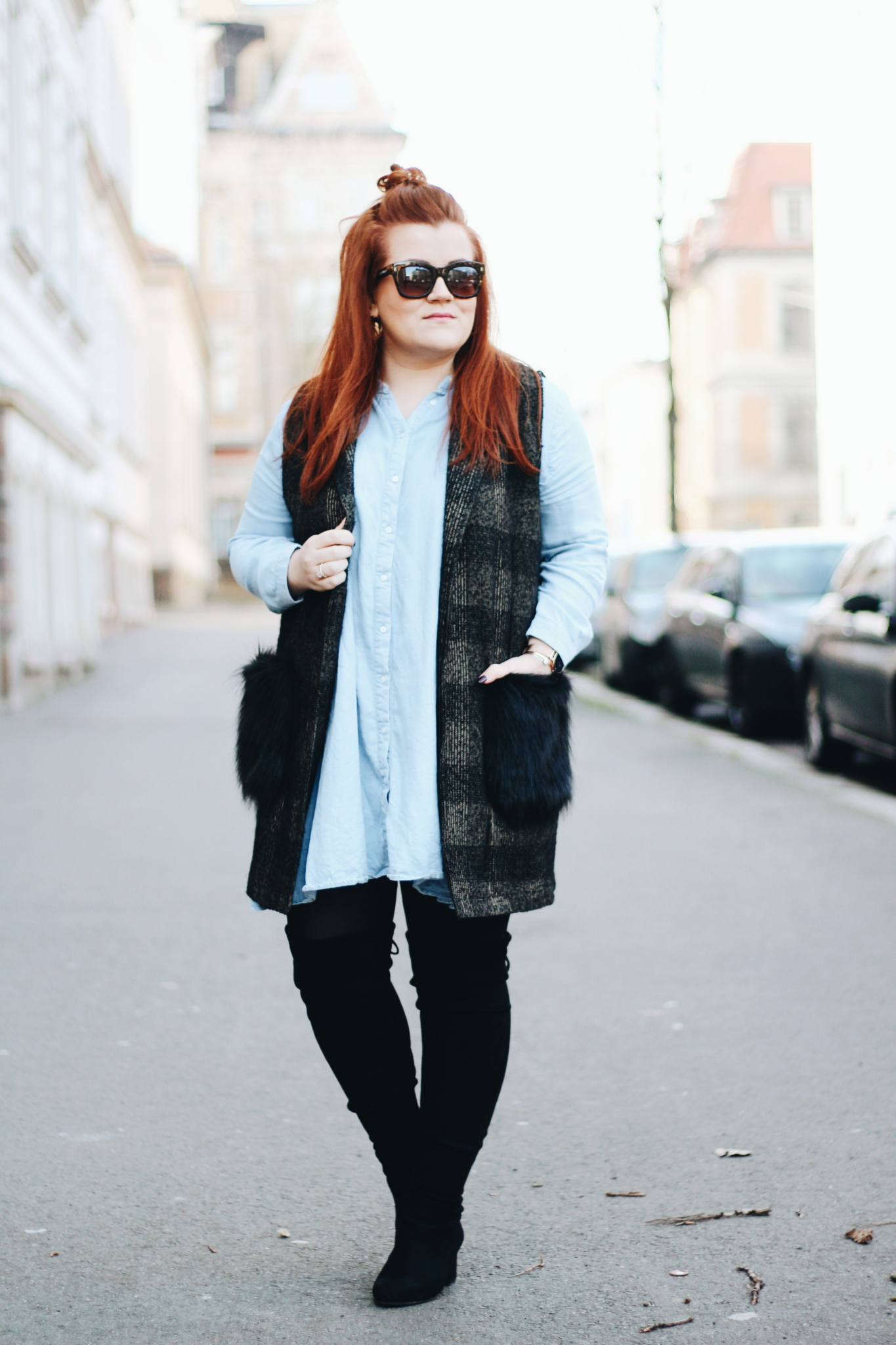 Ganzkörperaufnahme vom Outfit: Outfit Inspiration: So trage ich lange Westen mit Fake Fur - Kunstfell - Fashion Blog aus Leipzig
