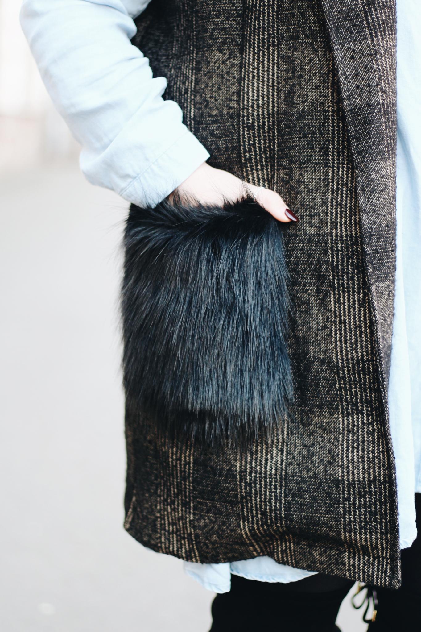 Nahaufnahme Kunstfell Tasche: Outfit Inspiration: So trage ich lange Westen mit Fake Fur - Kunstfell - Fashion Blog aus Leipzig