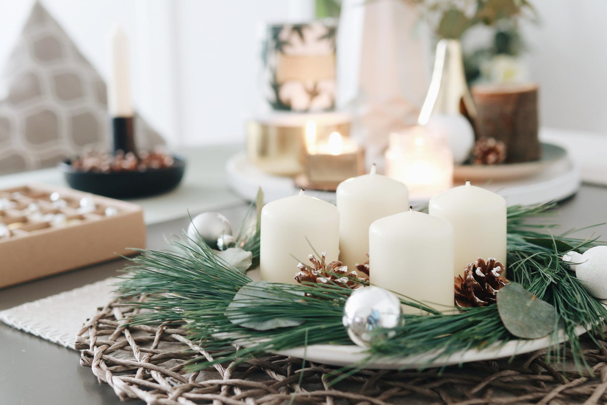 Fertiger DIY Adventskranz mit Eukalyptus und Kiefernzweigen im Scandi Style