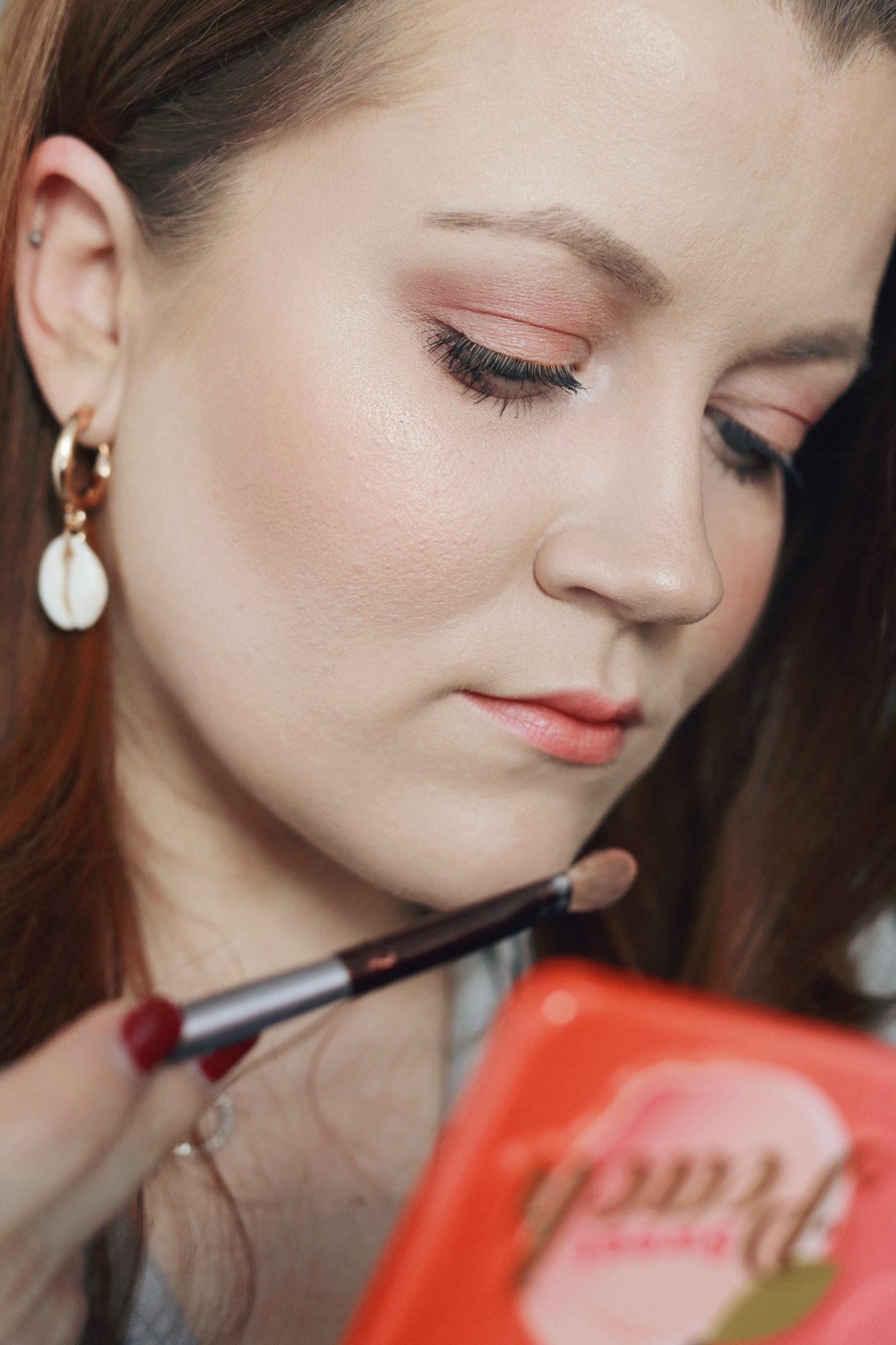"Trendfarbe ""living coral"": Make-up Look für Rothaarige - Nahaufnahme Gesicht"