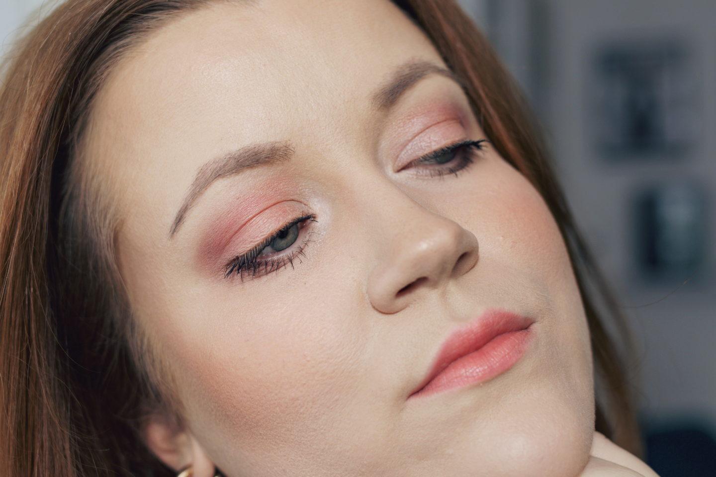 "Trendfarbe ""living coral"": Make-up Look für Rothaarige - Nahaufnahme Augen-Make-up"