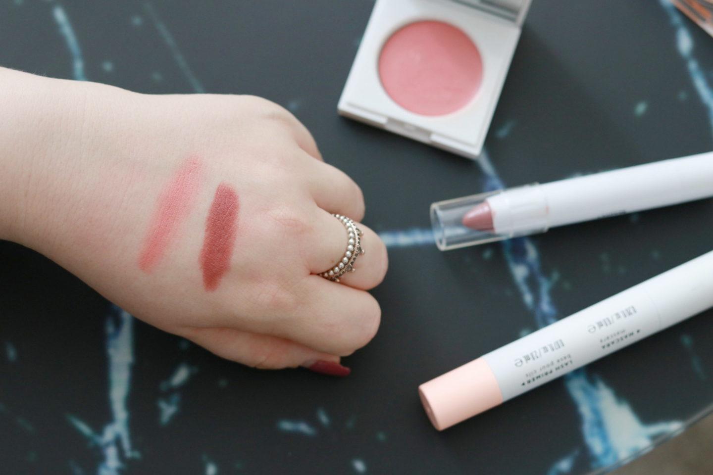 """Swatch: Der Creme-Blush """"Crème Cheek BlushRouge"""" und Lip Crayon von Honest Beauty®"""
