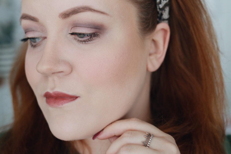 Fertiges Augenmake-up mit der Honest Beauty® Lidschattenpalette