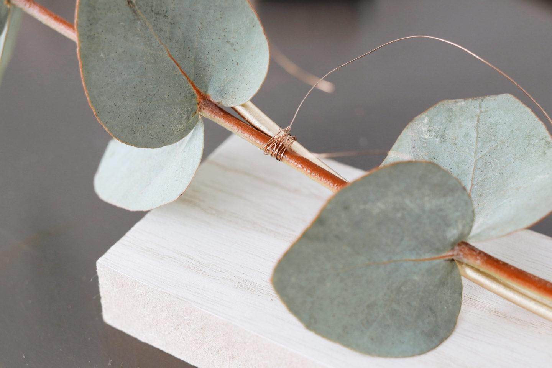 Schritt 1: Zweige mit Hilfe von Draht am Metallring befestigen