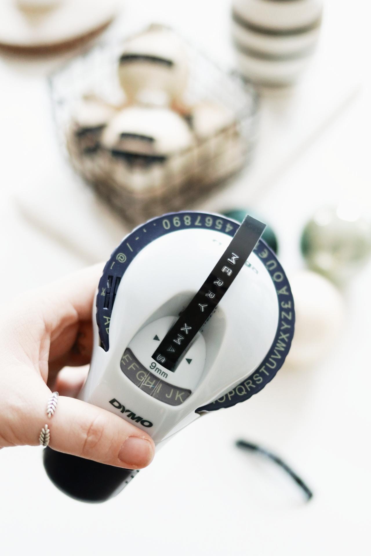 DIY: Weihnachtskugeln mit DYMO Tape