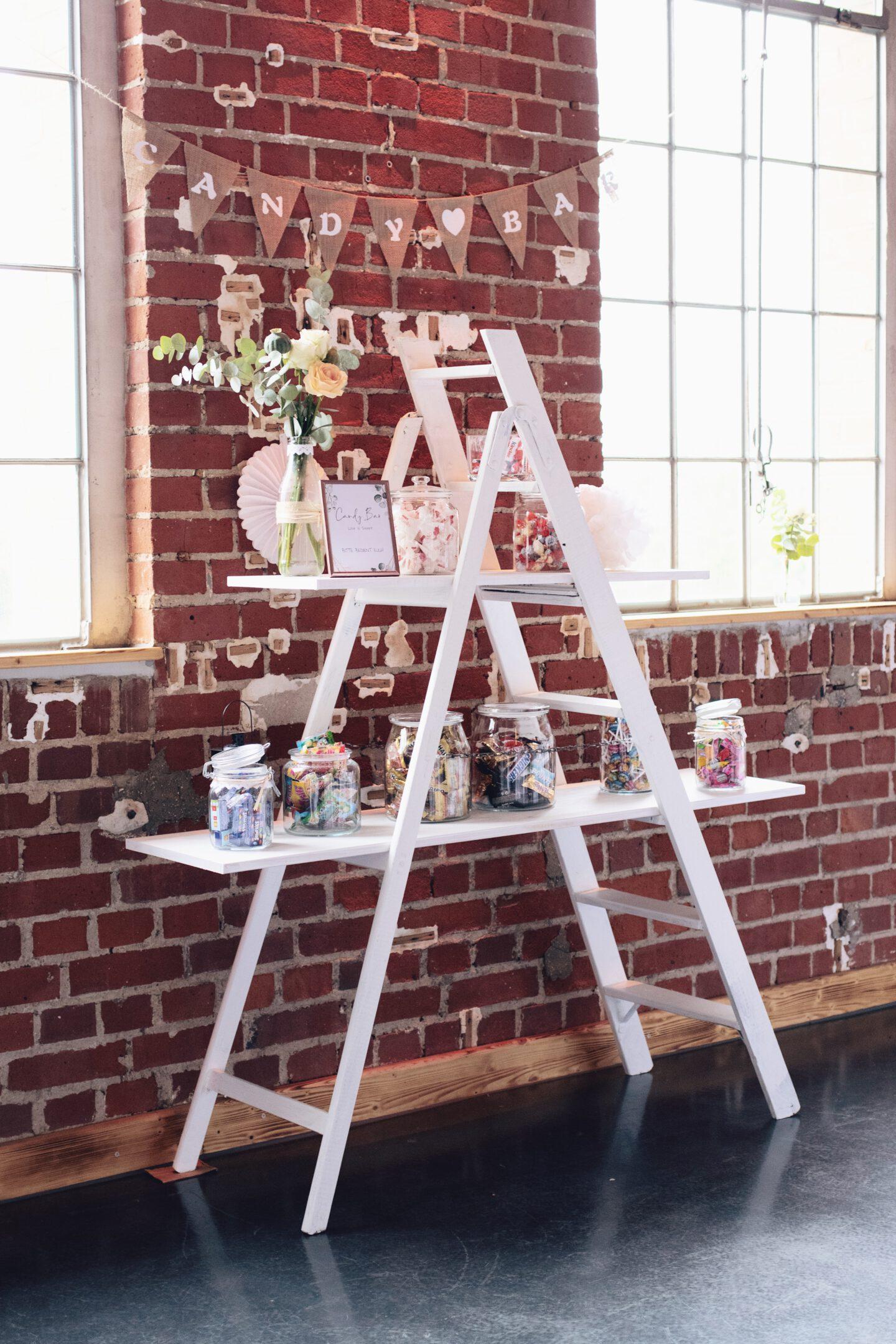 DIY Boho-Hochzeit: DIY Candybar mit weißer Holzleiter