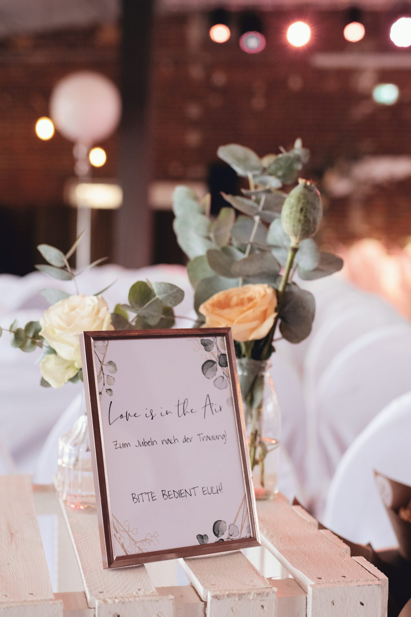 "DIY Boho-Hochzeit: Schild für Streublumen ""love is in the air"""