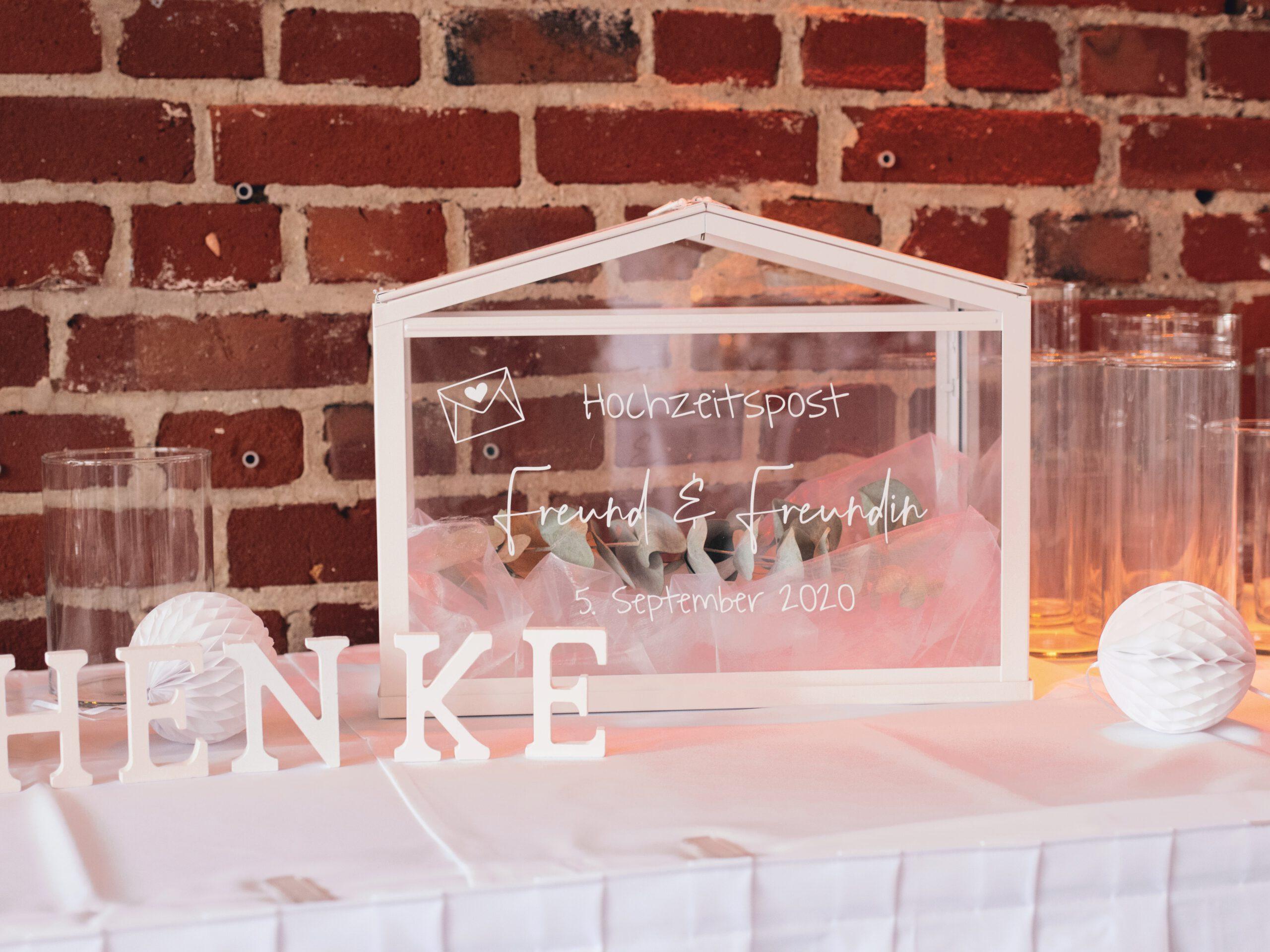 DIY Boho-Hochzeit: DIY Hochzeitspost aus IKEA Gewächshaus