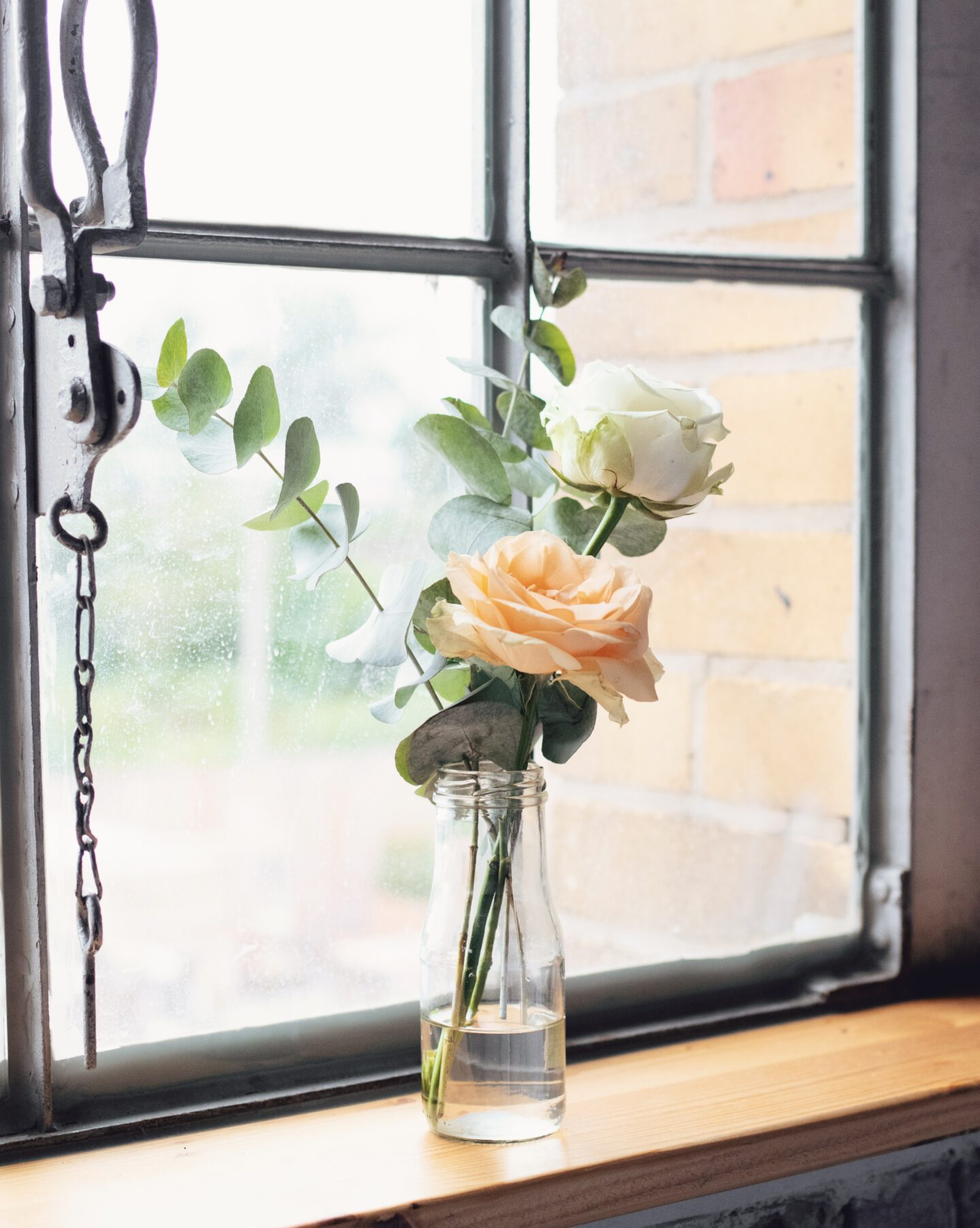 DIY Boho-Hochzeit: Deko mit kleinen Vasen, Rosen und Eukalyptus