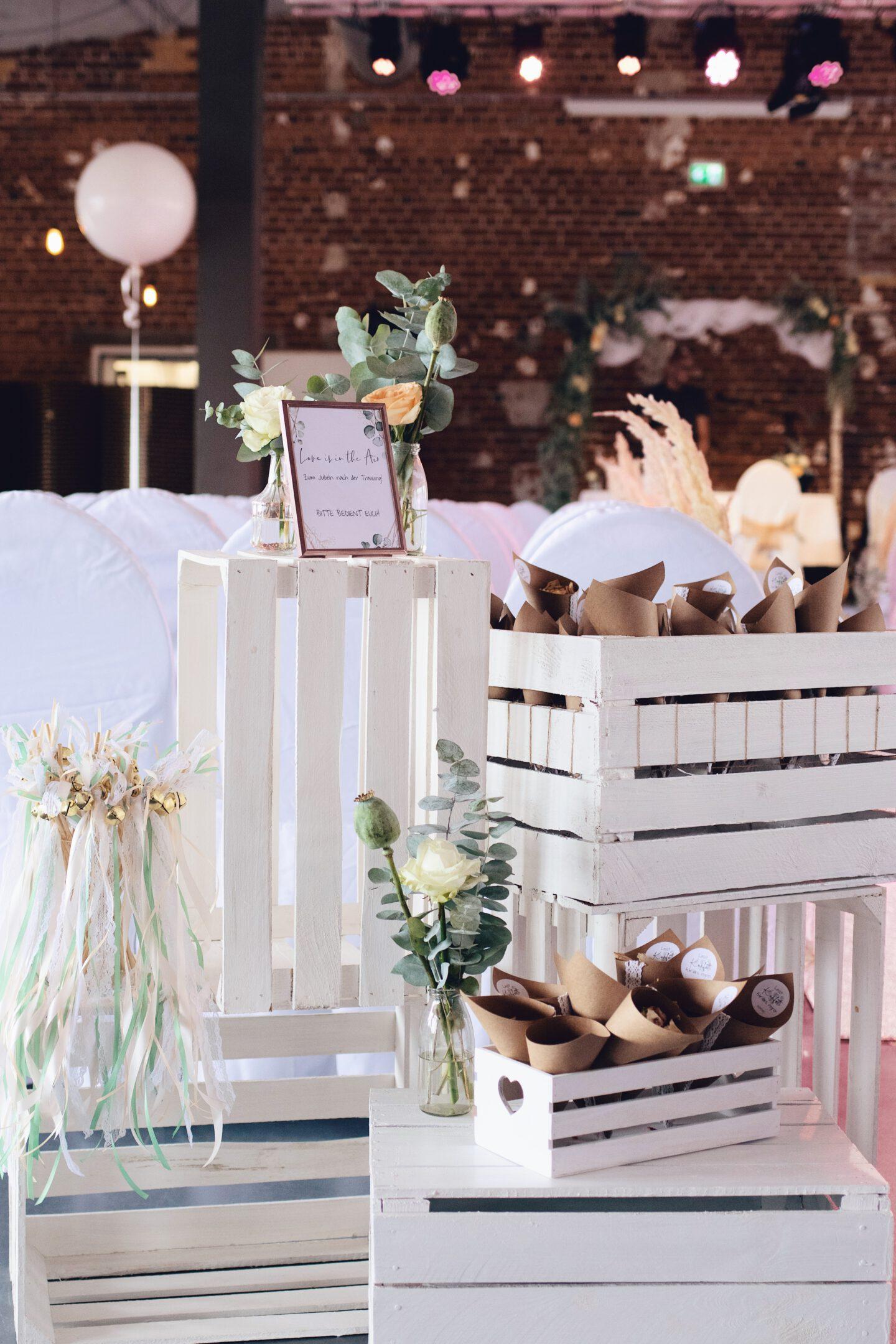 DIY Boho-Hochzeit: Zubehör für die Trauung - Wedding Wands, Streublumen, Seifenblasen auf Holzkisten