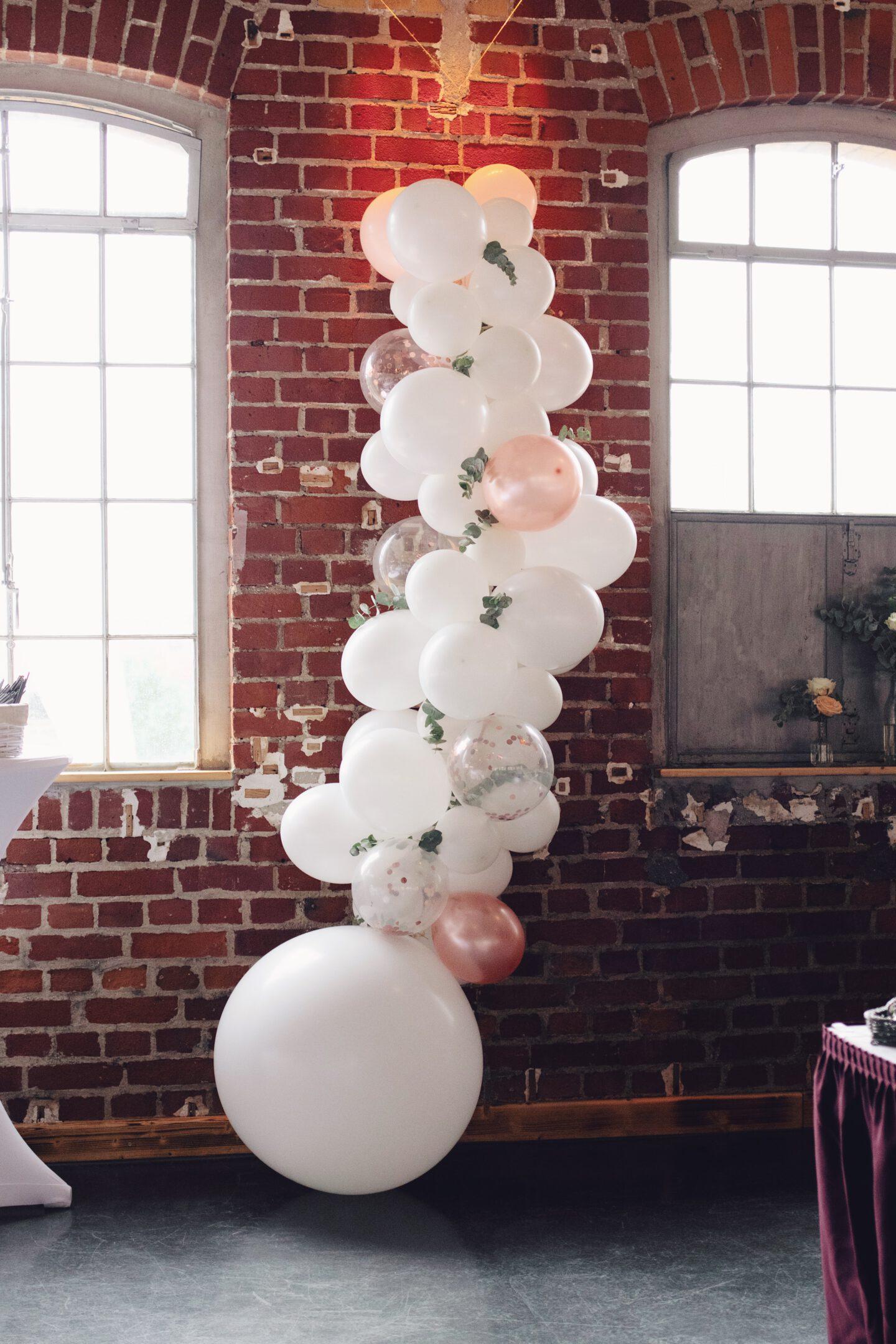 DIY Boho-Hochzeit: DDIY Ballongirlande mit Eukalyptus
