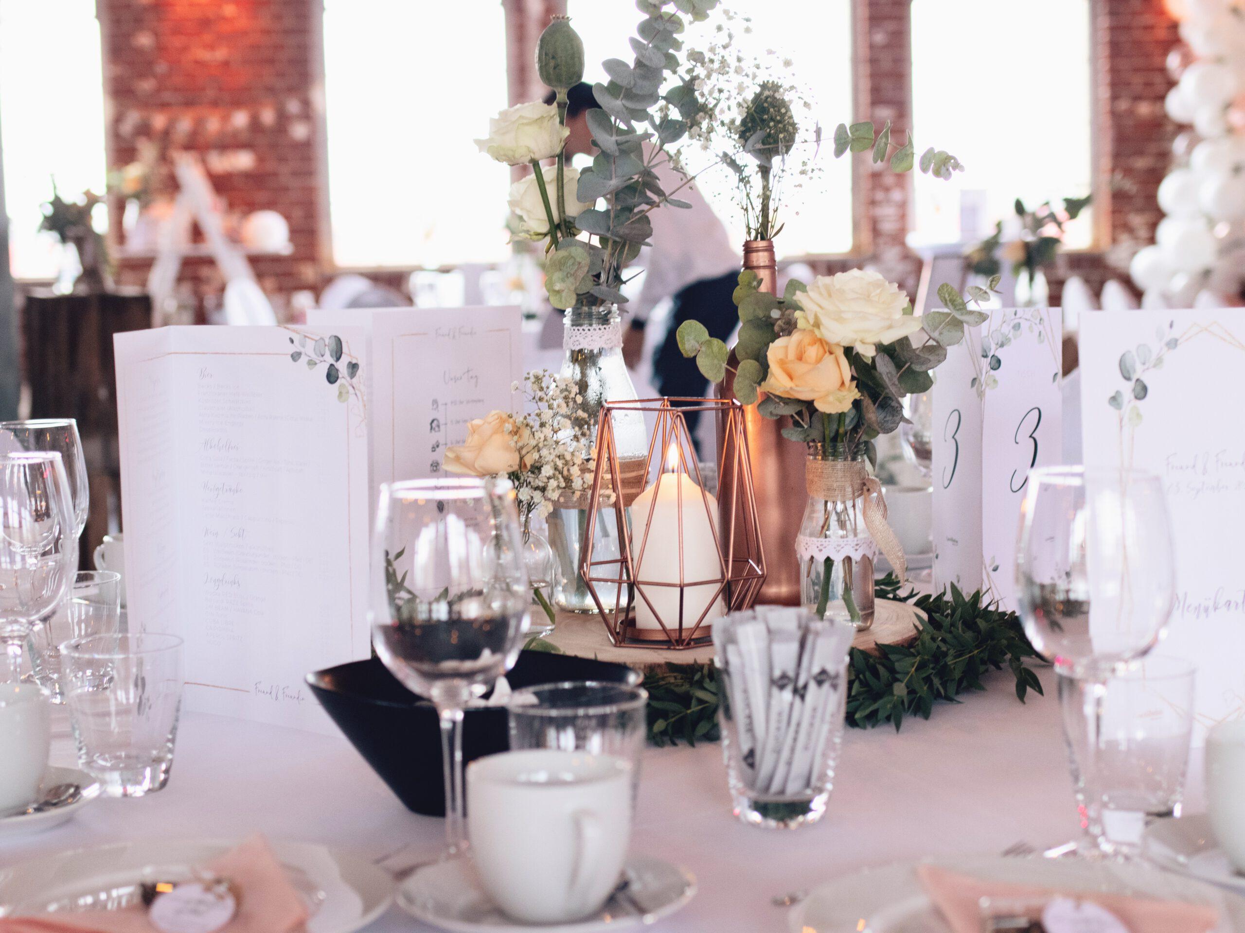 DIY Boho-Hochzeit: Tischdekoration mit Holzscheiben, kleinen Vasen, Kupferkerze und Eukalyptus