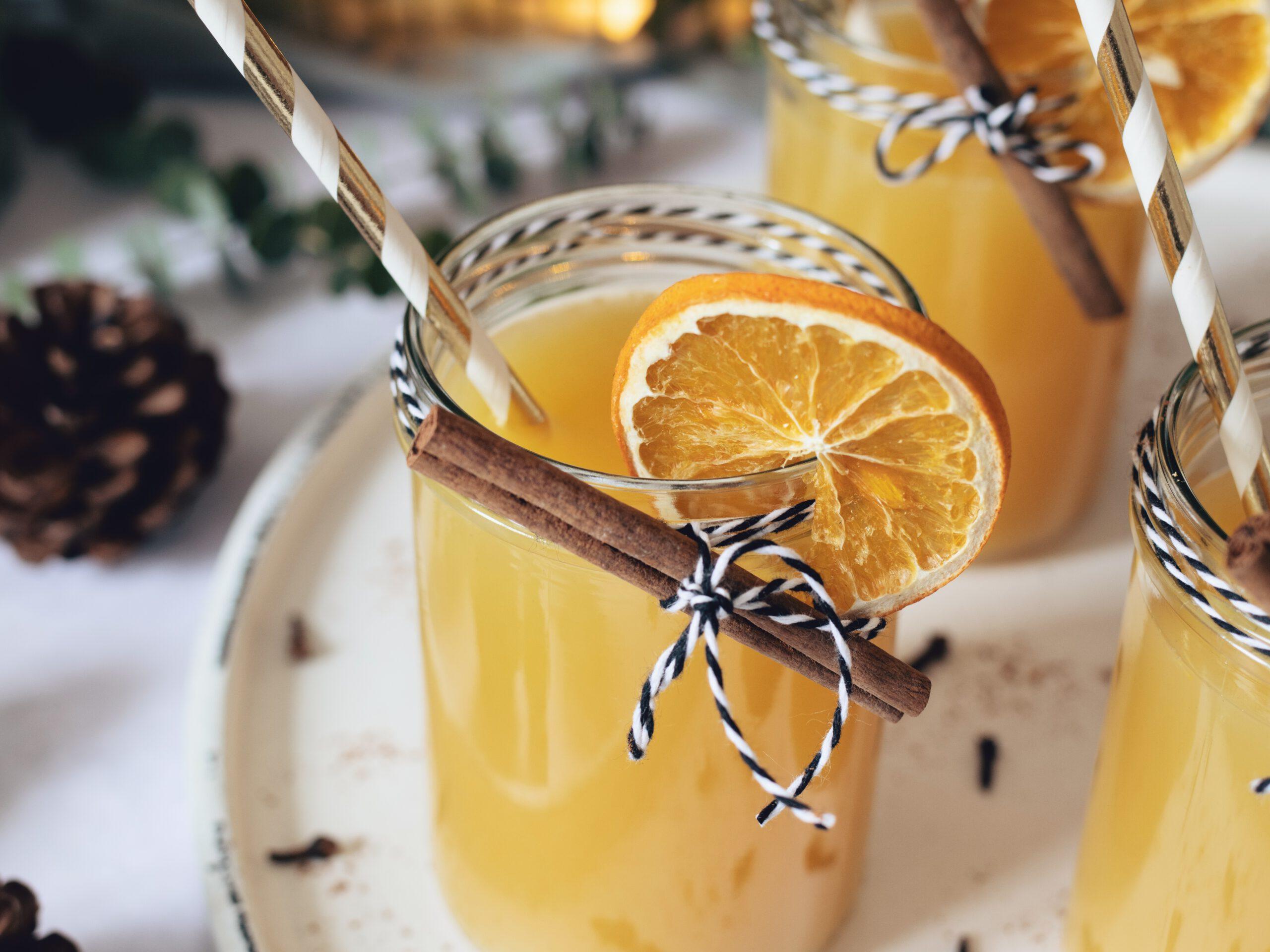 Warmer Apfelpunsch mit Orangensaft und Zimt